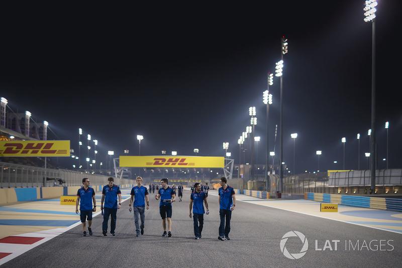 Brendon Hartley, Scuderia Toro Rosso walks the track
