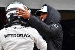 Lewis Hamilton, Mercedes AMG F1 celebrates with polesitter Valtteri Bottas, Mercedes AMG F1 in parc