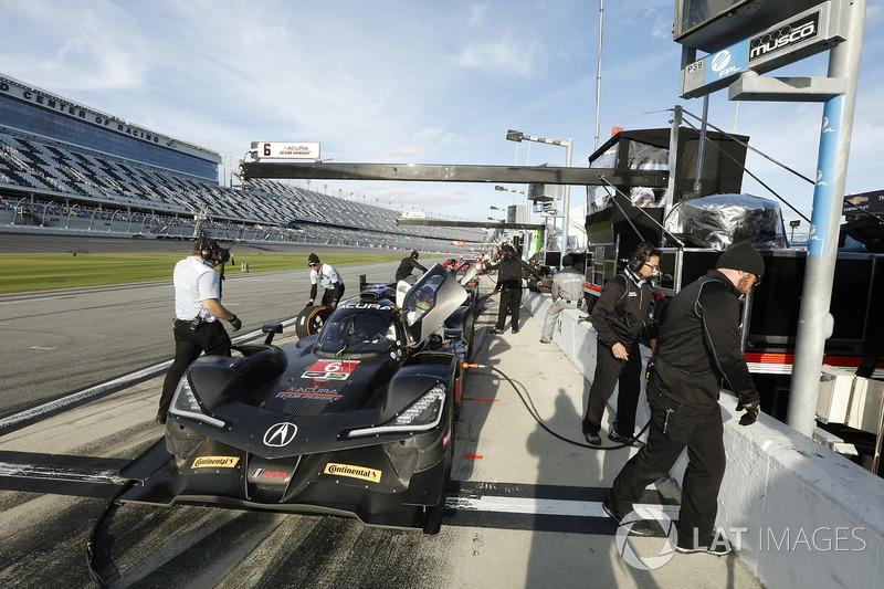 #6 Acura Team Penske Acura DPi, P: Dane Cameron, Juan Pablo Montoya, Simon Pagenaud, crew