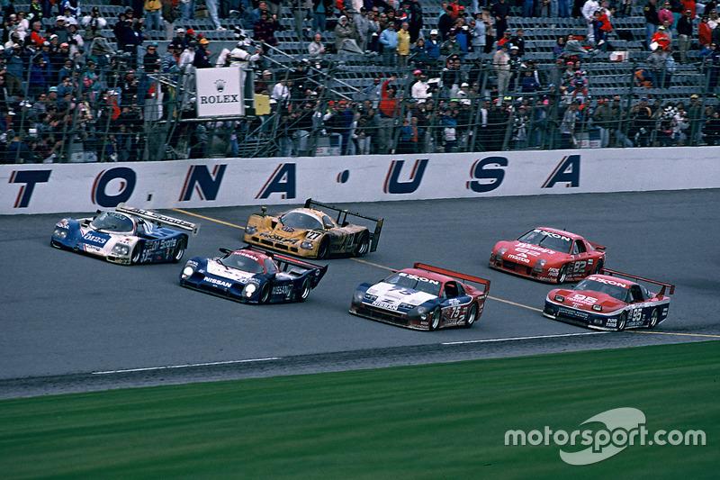 1992: Bendera finis untuk Masahiro Hasemi, Kazuyoshi Hoshino, Toshio Suzuki, Nissan Motorsports Nissan R91CP