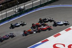 Felipe Massa, Williams FW38, Sergio Perez, Force India VJM09, Daniel Ricciardo, Red Bull Racing RB12, terwijl Daniil Kvyat, Red Bull Racing RB12 Sebastian Vettel, Ferrari SF16-H, raakt