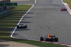 Sebastian Vettel, Ferrari SF71H, Valtteri Bottas, Mercedes AMG F1 W09, y Max Verstappen, Red Bull Racing RB14 Tag Heuer