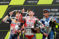 Podium: tweede plaats Marc Marquez, Repsol Honda Team, racewinnaar Jorge Lorenzo, Ducati Team, derde plaats Valentino Rossi, Yamaha Factory Racing