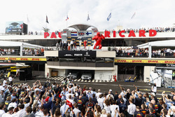 Ron Meadows, Sporting Director, Mercedes AMG, Max Verstappen, Red Bull Racing, 2nd position, Lewis Hamilton, Mercedes AMG F1, 1st position, and Kimi Raikkonen, Ferrari, 3rd position, on the podium