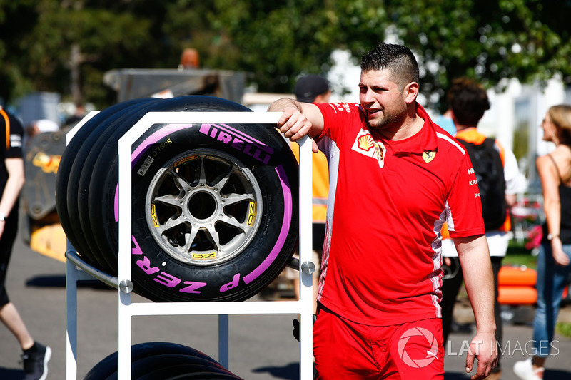 Механик Ferrari с шинами Ultrasoft