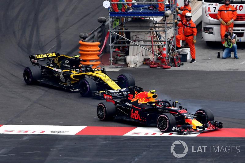 Max Verstappen, Red Bull Racing RB14 y Carlos Sainz Jr., Renault Sport F1 Team R.S. 18