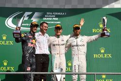 Podio: il vincitore della gara Nico Rosberg, Mercedes AMG F1, il secondo classificato Daniel Ricciardo, Red Bull Racing, Hywel Thomas, Mercedes AMG F1, il terzo classificato Lewis Hamilton, Mercedes AMG F1