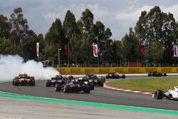 Romain Grosjean, Haas F1 Team VF-18, cause un accident impliquant Nico Hulkenberg, Renault Sport F1 Team R.S. 18, et Pierre Gasly, Toro Rosso STR13