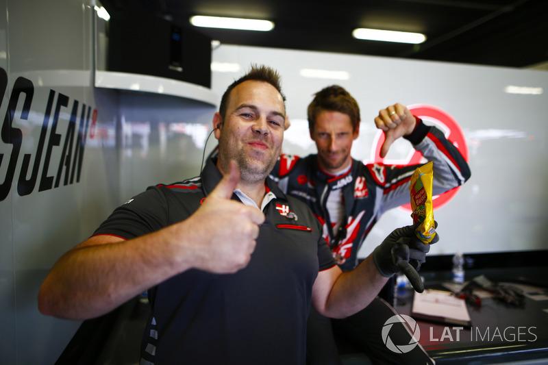 Гонщик Haas F1 Team Ромен Грожан и его инженер