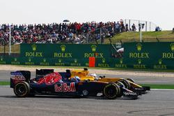 Max Verstappen, Scuderia Toro Rosso, y Kevin Magnussen, Renault Sport F1 Team, pelean por la posición