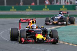 Daniel Ricciardo, Red Bull Racing RB12 en Max Verstappen, Scuderia Toro Rosso STR11
