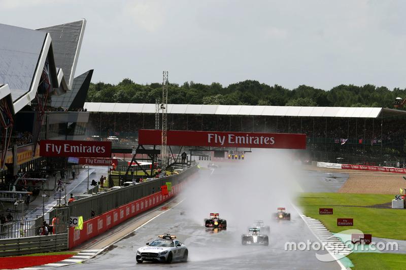 Lewis Hamilton, Mercedes AMG F1 W07 Hybrid al comando dietro alla Safety Car FIA