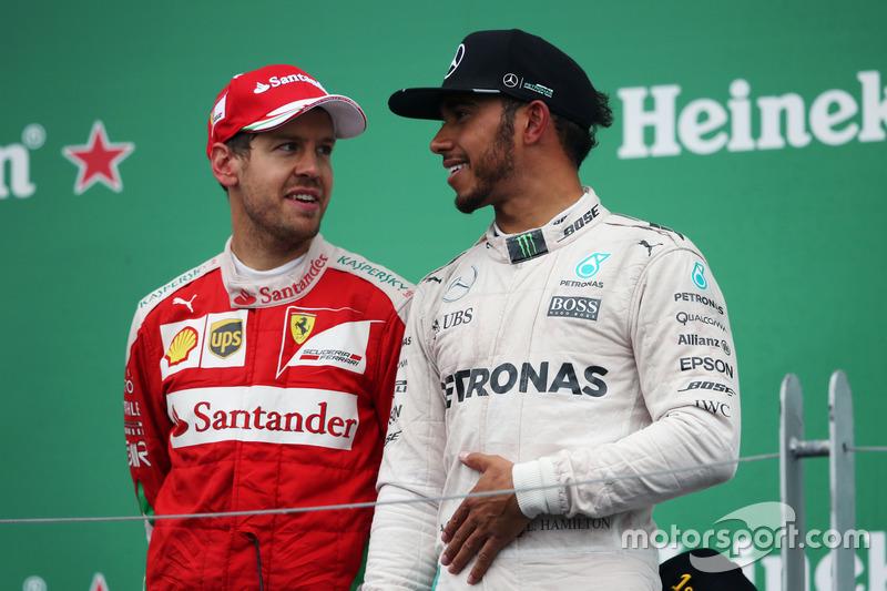 (Зліва направо): Себастьян Феттель, Ferrari з переможецем гонки Льюїс Хемілтон, Mercedes AMG F1, на