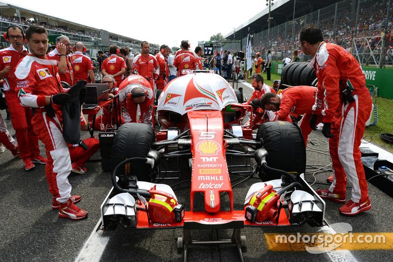 Sebastian Vettel, Ferrari SF16-H on the grid