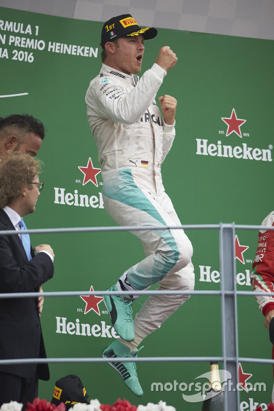 Le vainqueur Nico Rosberg, Mercedes AMG F1, sur le podium