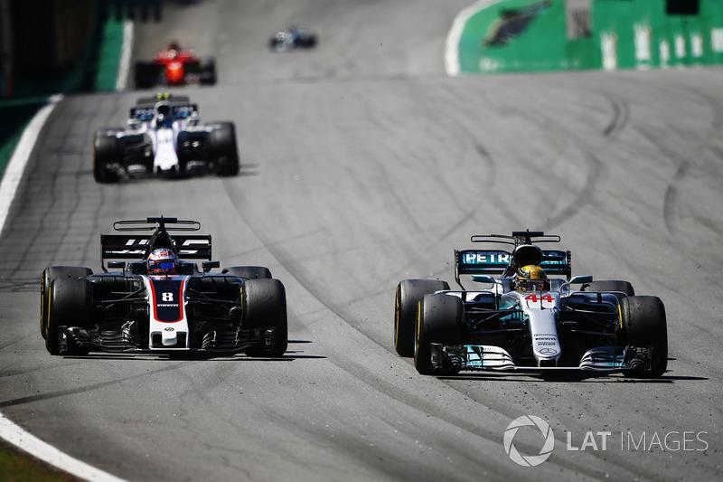 Lewis Hamilton, Mercedes AMG F1 W08, dépasse Romain Grosjean, Haas F1 Team VF-17