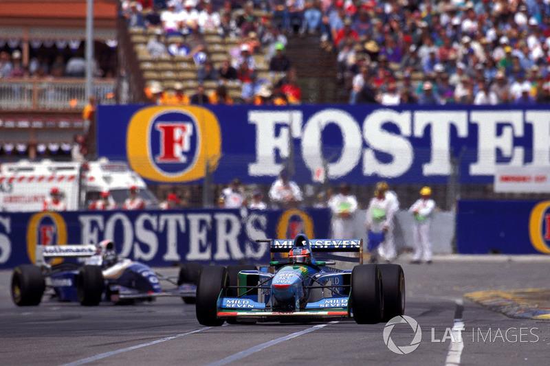 Міхаель Шумахер (Benetton B194 Ford) попереду Деймона Хілла (Williams FW16B Renault)