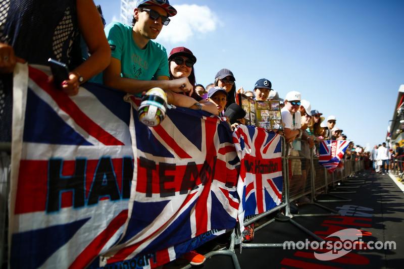 Tifosi con bandiere a supporto diLewis Hamilton, Mercedes AMG F1