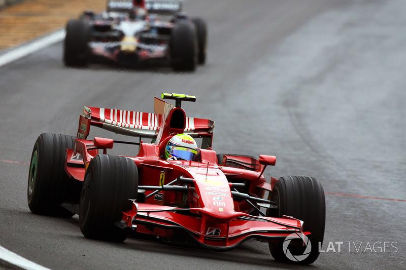Felipe Massa aan de leiding.