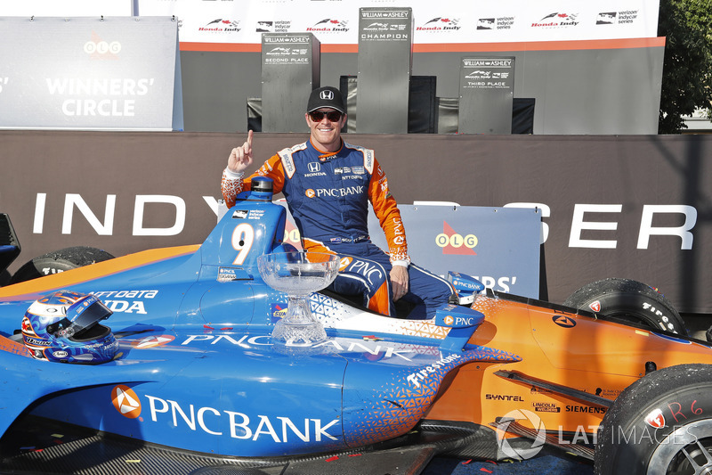 Winner Scott Dixon, Chip Ganassi Racing Honda celebrates in victory lane
