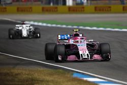 Esteban Ocon, Force India VJM11, precede Marcus Ericsson, Sauber C37