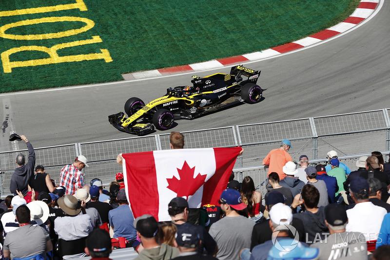Carlos Sainz Jr., Renault Sport F1 Team, pasa a los fanáticos, incluyendo uno con una bandera canadiense