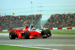Eddie Irvine, Ferrari, se fait doubler par Alexander Wurz, Benetton