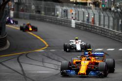 Stoffel Vandoorne, McLaren MCL33, devant Charles Leclerc, Sauber C37, et Max Verstappen, Red Bull Racing RB14