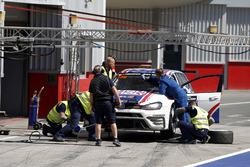 Pit stop, #130 Liqui Moly Team Engstler Volkswagen Golf GTi TCR: Luca Engstler, Florian Thoma, Benja