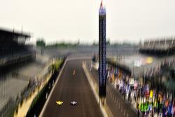 Helio Castroneves, Team Penske Chevrolet, Alexander Rossi, Andretti Autosport Honda