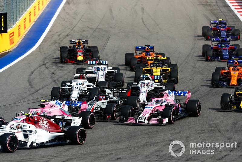 Charles Leclerc, Sauber C37, precede Esteban Ocon, Racing Point Force India VJM11, Romain Grosjean, Haas F1 Team VF-18, Sergio Perez, Racing Point Force India VJM11, Marcus Ericsson, Sauber C37, e il resto del gruppo, alla partenza