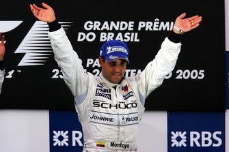Il vincitore della gara Juan Pablo Montoya, McLaren, festeggia sul podio
