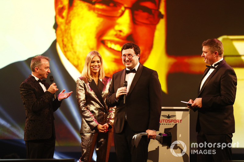 "Paddy Lowe consegna l'""Autosport Williams Engineer of the Future Award"" a Owen Heaney"