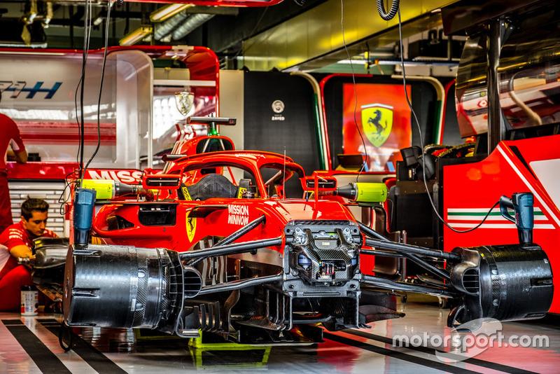 Ferrari SF71H в боксах