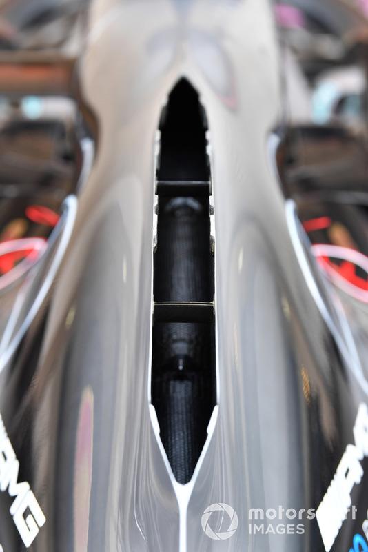 У Mercedes знову вдалися до відкритого капоту, або капоту з «димоходом» - це має краще відводити тепло від силового агрегату.