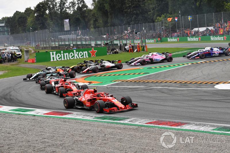 Kimi Raikkonen, Ferrari SF71H, Sebastian Vettel, Ferrari SF71H and Lewis Hamilton, Mercedes AMG F1 W09 at the start of the race