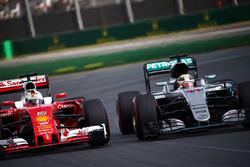 Lewis Hamilton, Mercedes AMG F1 Team W07, en Sebastian Vettel, Ferrari SF16-H, strijden om positie
