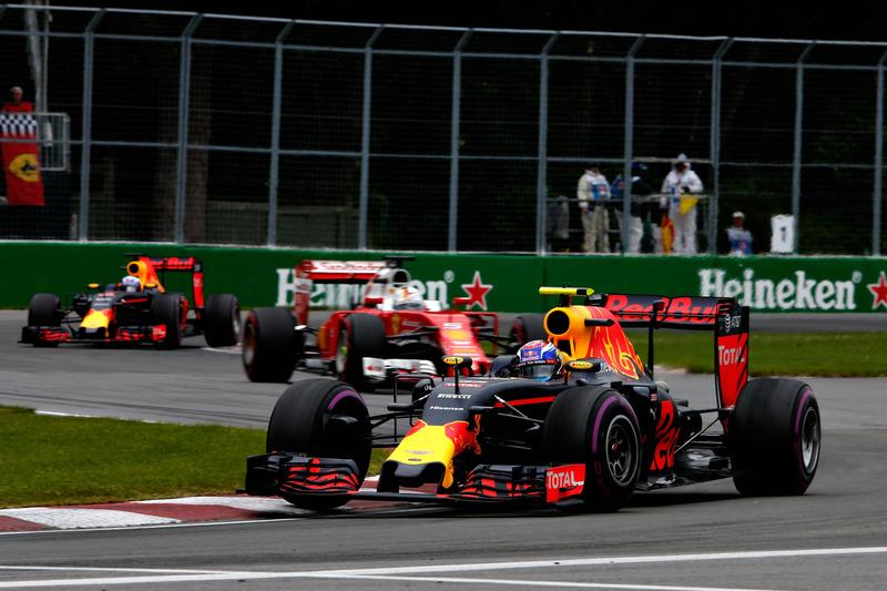 Макс Ферстаппен, Red Bull Racing RB12 випереджає Себастьяна Феттеля, Ferrari SF16-H та Даніеля Ріккардо, Red Bull Racing RB12