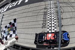 Ganador de la carrera Erik Jones, Joe Gibbs Racing Toyota