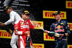 Победитель - Нико Росберг, Mercedes AMG F1 Team, второе место - Себастьян Феттель, Ferrari, третье м