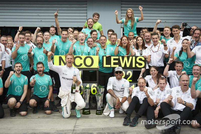 Победитель - Нико Росберг, Mercedes AMG F1 и Льюис Хэмилтон, Mercedes AMG F1 Team празднуют с командой