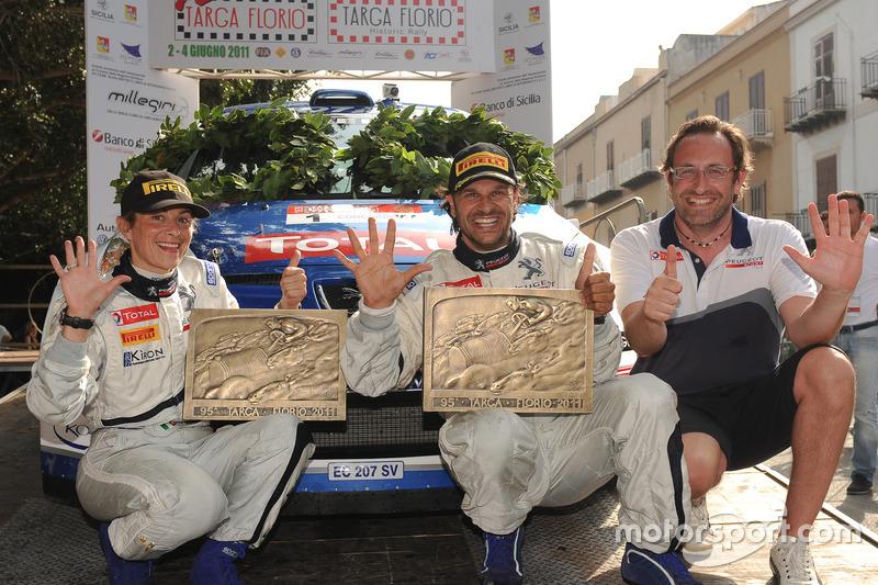 Carlo Leoni, Responsabile Comunicazione Peugeot Sport festeggia con Paolo Andreucci e Anna Andreussi