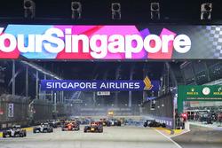 Start: Nico Rosberg, Mercedes AMG F1 W07, führt bei Crash von Nico Hülkenberg, Sahara Force India F1