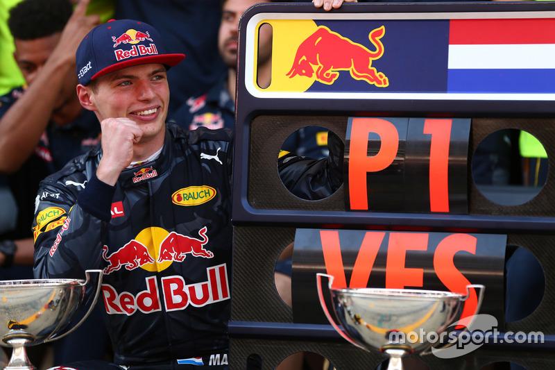 Ganador de la carrera Max Verstappen, Red Bull Racing celebra con el equipo