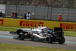 Sergio Perez, Sahara Force India F1 VJM09 runs wide while battling with Felipe Massa, Williams FW38