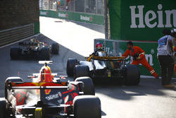 Marshals assist Jolyon Palmer, Renault Sport F1 Team RS17, after he clips the barriers