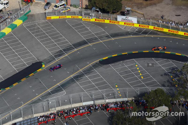 Daniil Kvyat, Scuderia Toro Rosso, STR12; Fernando Alonso, McLaren, MCL32