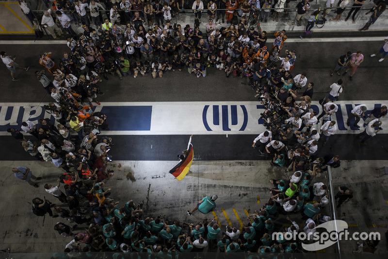 Nico Rosberg, de Mercedes AMG F1 celebra su campeonato del mundo con esposa Vivian Rosberg y el equi