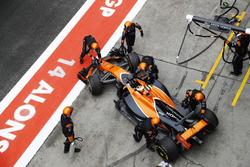 Stoffel Vandoorne, McLaren MCL32, abandonne et est poussé dans son garage