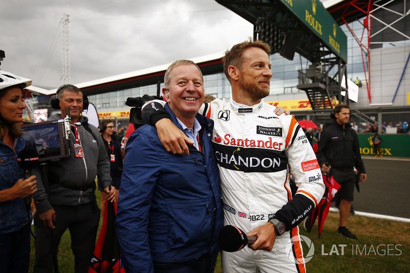 Гонщик McLaren Дженсон Баттон и комментатор Sky TV Мартин Брандл